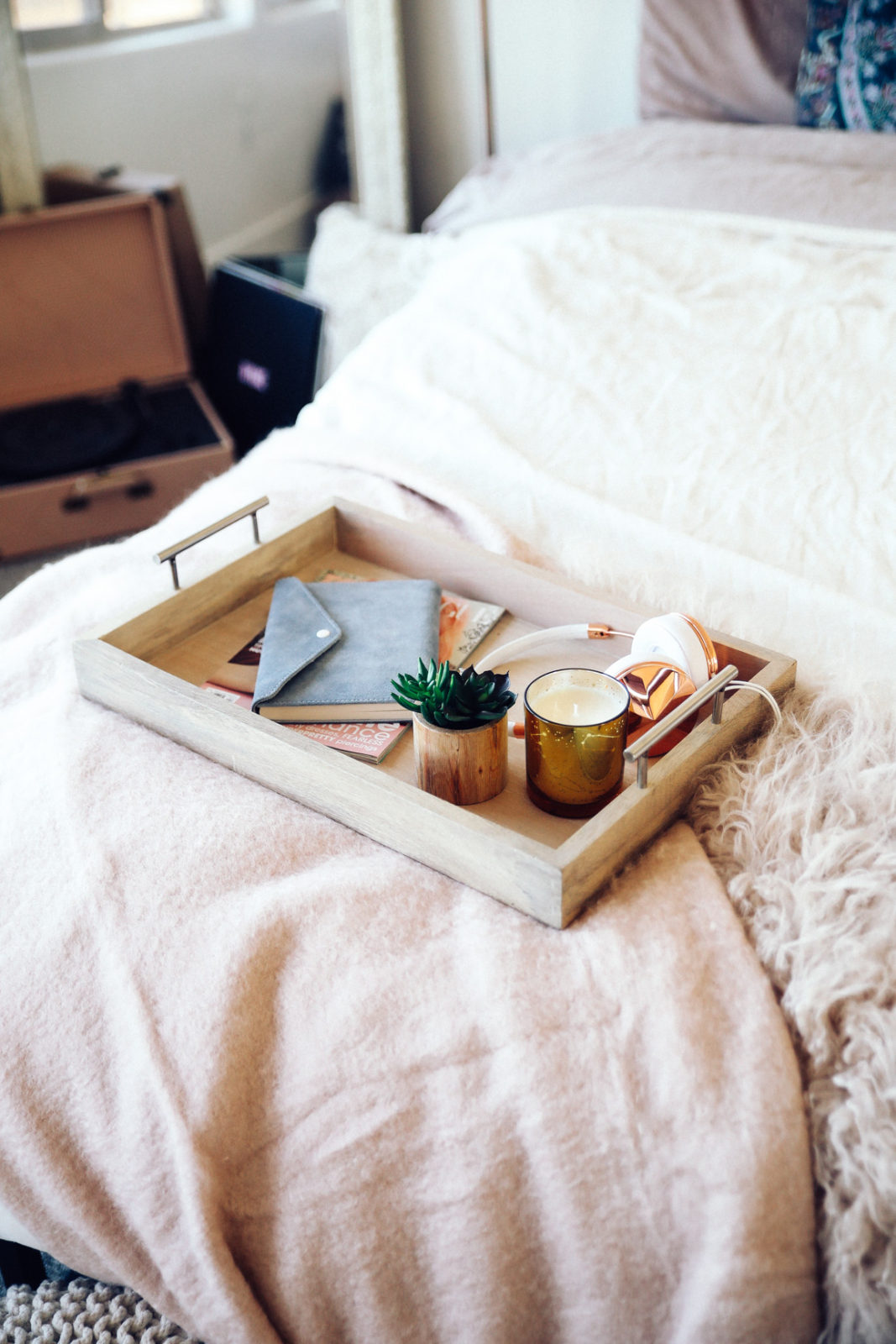 urban-outfitters-fall-winter-room-decor-makeover-ideas-29